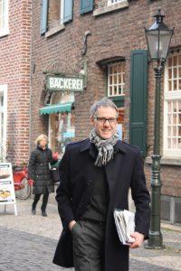 Auf zum Kunden: In der Kempener Altstadt führt Agentur-Inhaber Axel Küppers viele Gespräche.